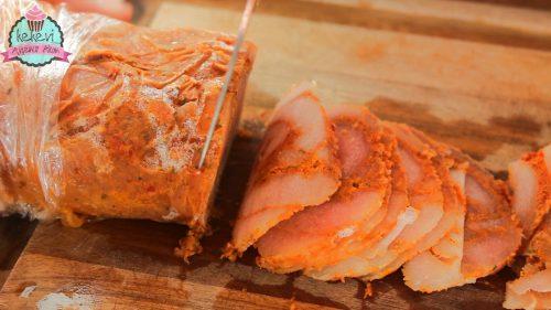 Donan tavuk döner etinin tekrar hafif çözdürülüp dilimlenmesi